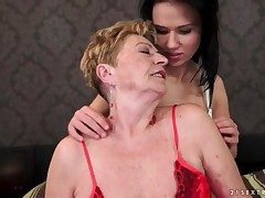 Teen seduces granny lesbian thither indecorous porn